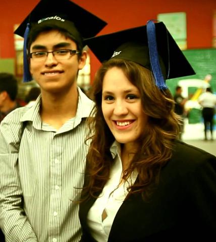 Estudiantes hispanos sonriendo
