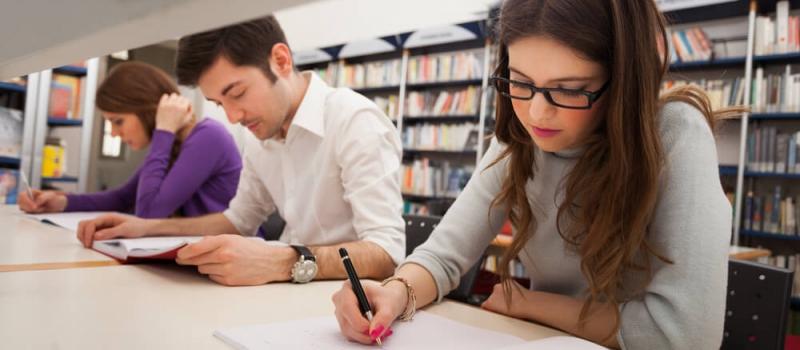 Estudiantes en biblioteca